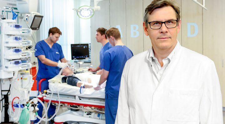 Chefarzt Prof. Dr. Olaf Schedler in den Räumlichkeiten der Zentralen Notaufnahme - Foto: Thomas Oberländer, Helios Kliniken