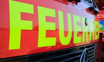 Feuerwehr löscht Lagerfeuer