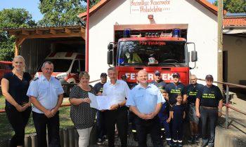 Minister übergibt Geld an Feuerwehr