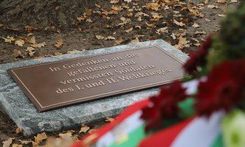 Tafel erinnert an tote Soldaten