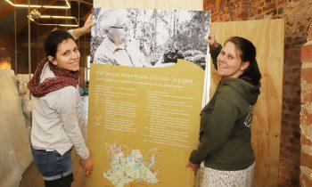 Franziska Kowalsky (links) und Sarah Mamerow während der Aufbauarbeiten für die neue Erlebnisausstellung.