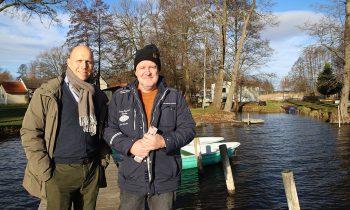 Der neue und der alte Chef: Maurice Freiherr von Dalwigk und Peter Witzke am Ufer der Groß Schauener Seenkette. Foto: Marcel Gäding
