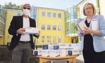 Der Unternehmer Rainer Opolka bei der Übergabe der Masken-Spende an Geschäftsführerin Ulla Mulalic. Foto: Marcel Gäding