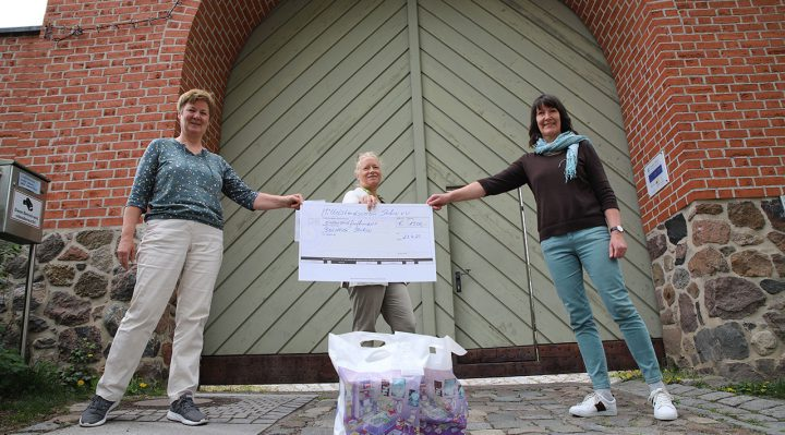 Die beiden Bibliotheksmitarbeiterinnen Roswitha Ackermann (links) und Petra Kather (rechts) nehmen den Spendenscheck von Barbara Hink entgegen. Foto: Marcel Gäding