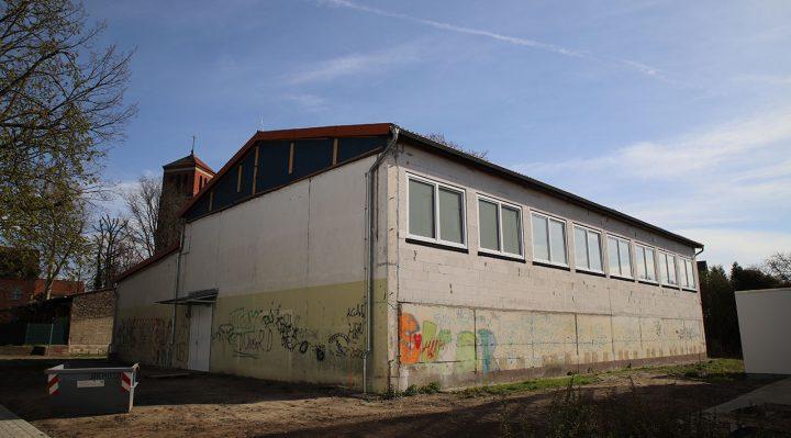 Die Fenster sind bereits erneuert, nun soll noch die Fassade der Sporthalle saniert werden. Foto: Marcel Gäding