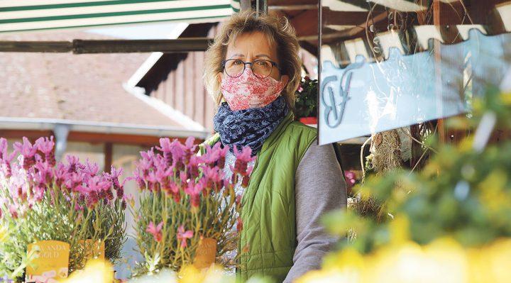 Die Storkower Blumenhändlerin Kordula Braack verkaufte ihre Waren vor dem Geschäft. Foto: Marcel Gäding