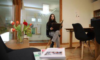 Miriam Pieper im neuen Coworking-Space der Storkower Stadtbibliothek. Foto: Marcel Gäding