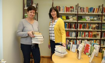 Roswitha Ackermann und Petra Kather von der Storkower Stadtbibliothek. Foto: Marcel Gäding