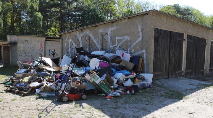 Gegen drei beschuldigte Personen wird nun ermittelt. Hinweise auf ihre Identität fanden sich in dem illegal abgelegten Müll nahe der Herweghstraße im Storkower Stadtgebiet. Foto: Marcel Gäding