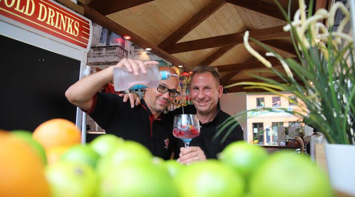 """Barkeeper Norman und Bar-Chef Tom Voss in der """"Bar Del Centro"""" auf dem Marktplatz. Foto: Marcel Gäding"""