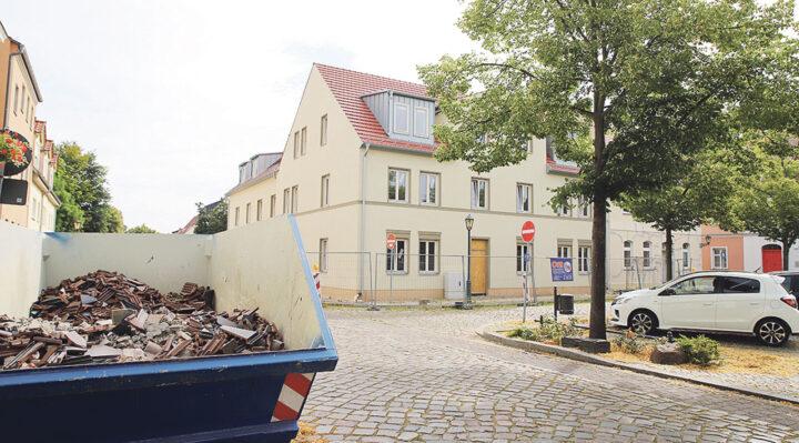 Architektonisch fügt sich der Neubau von Investor Rainer Opolka (Foto links) gut in die Gegend um den Marktplatz ein. Die Ruine des Helios-Geländes (kleines Foto) soll abgerissen werden. Fotos: Marcel Gäding