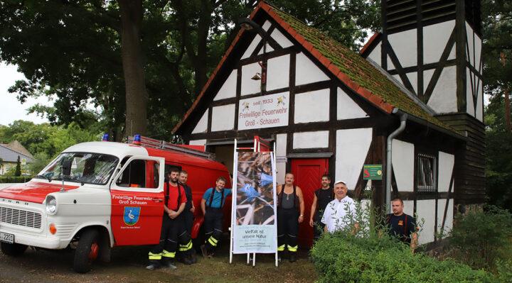 Freuen sich über die Anerkennung: Die Kameraden der Freiwilligen Feuerwehr Groß Schauen und Ortsvorsteher Holger Ackermann vor dem TSF. Foto: Marcel Gäding