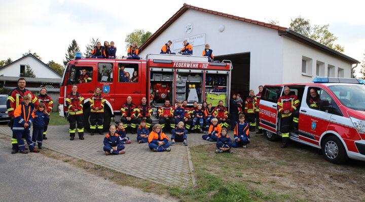 Antreten zum Gruppenfoto: die Freiwillige Feuerwehr Görsdorf im 90. Jahr ihres Bestehens. Personen, die keinen Abstand halten, sind verwandt. Foto: Marcel Gäding