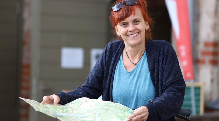 Anja Ciecierski kümmert sich auf der Burg Storkow (Mark) um die Erstellung der Rad- und Wanderrouten. Foto: Marcel Gäding