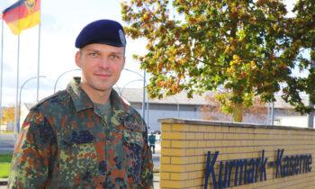 Oberstleutnant Marc Tachlinski, hier vor der Kurmark-Kaserne, ist der neue Kommandeur des Informationstechnikbataillon 381. Foto: Marcel Gäding