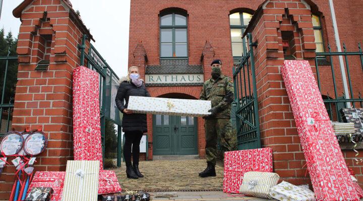 Joana Götze, stellvertretende Bürgermeisterin von Storkow (Mark), freut sich über die Geschenke der Bundeswehr, die Oberstleutnant Marc Tachlinski übergab. Foto: Marcel Gäding