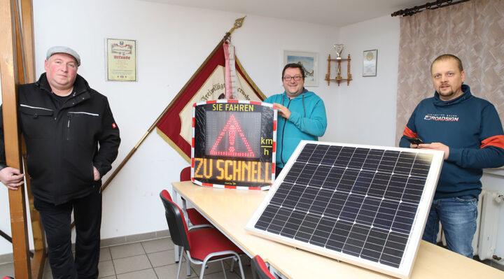 Enrico Graß, Ulrich Rinnerl und Mike Mielke vom Kummersdorfer Ortsbeirat mit einem der Messgeräte. Diese wurden aus dem Ortsteilbudget bezahlt. Foto: M. Gäding