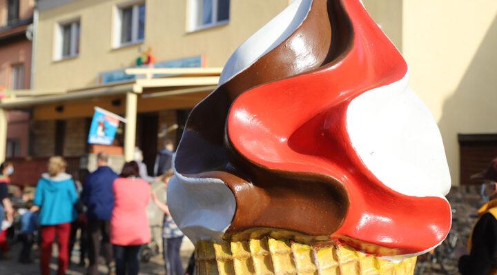 Warteschlange vor dem Außer-Haus-Verkauf des Altstadt-Café in Storkow (Mark). Foto: Marcel Gäding
