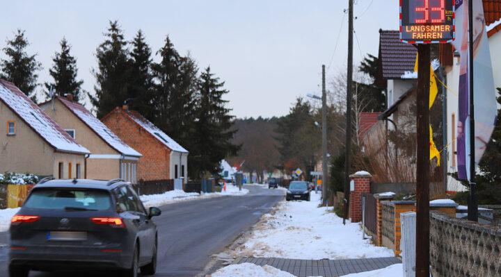 Kein seltenes Bild: Auch der Hinweis auf dem Display in Kummersdorf hindert diese junge Autofahrerin am 15. Februar nicht daran, ihre Geschwindigkeit zu reduzieren. Foto: Marcel Gäding