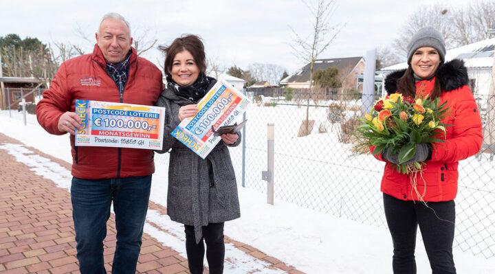 Andrea ist überglücklich: Katarina Witt hat sie mit 200.000 Euro persönlich überrascht. Foto: Deutsche Postcode-Lotterie/ Marco Urban