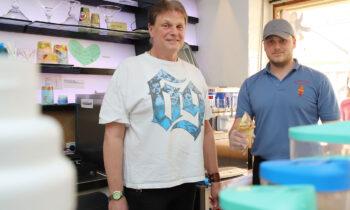 Rainer und Max Domichowski wurden am Sonntag vom Kundenandrang überrascht. Foto: Marcel Gäding