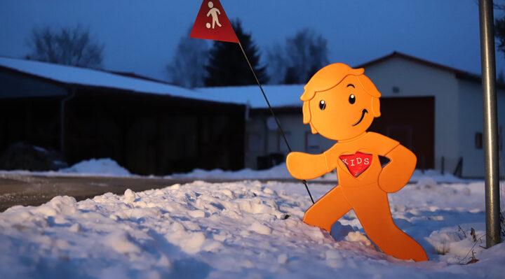 Gut sichtbar auch in der Dämmerung: eine der StreetBuddy-Figuren, die seit Kurzem im Storkower Ortsteil Groß Eichholz stehen. Foto: Marcel Gäding