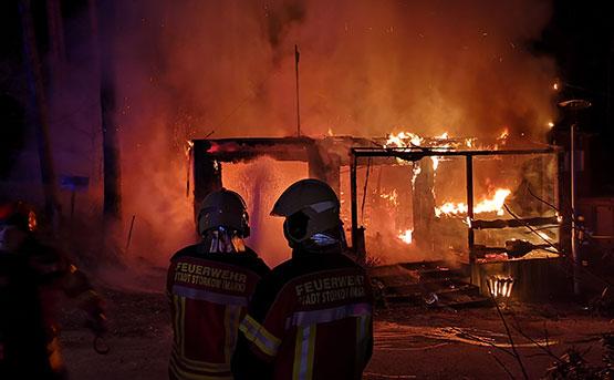 Aus sicherer Entfernung bekämpfen zwei Feuerwehrleute der Freiwilligen Feuerwehr Groß Eichholz gemeinsam mit Kameraden zahlreicher anderer Feuerwehren den Brand des Rezeptionsgebäudes. Retten konnten sie den Containerbau nicht. Foto: Freiwillige Feuerwehr Groß Eichholz