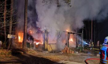 Feuer auf Campingplatz in Limsdorf: Großeinsatz für zahlreiche Feuerwehren