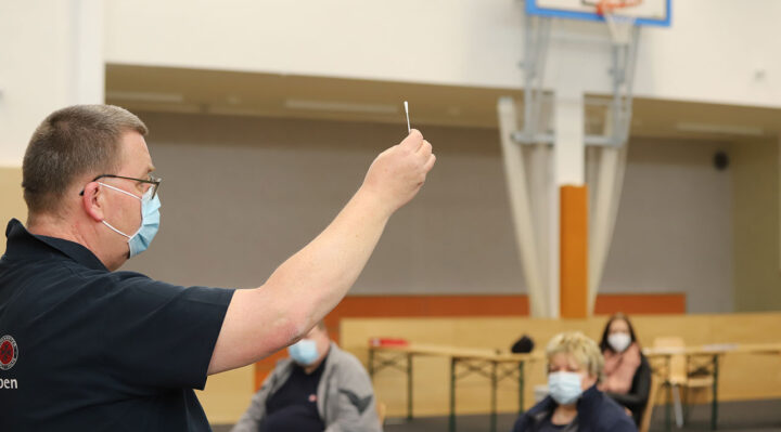 Frank Schneider von der Johanniter-Unfall-Hilfe e.V. erklärt Helfenden die Funktionsweise des Test-Sets. Foto: Marcel Gäding