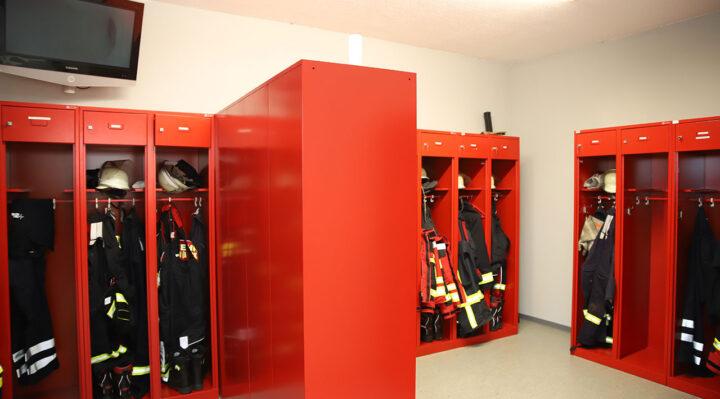 Blick in den Umkleidebereich der Freiwilligen Feuerwehr Kehrigk. In Eigeninitiative der Kameradinnen und Kameraden wurden die Räume neugestaltet und vergrößert. Foto: Marcel Gäding