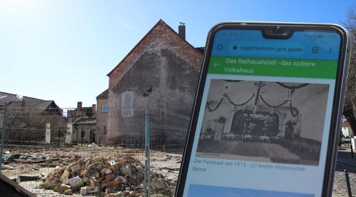 """Das frühere Volkshaus in der Altstadt wurde vor einigen Monaten abgerissen. Einst als Rathaushotel gebaut, war es lange das erste Haus am Platz. Zur Geschichte gibt es spannende Fakten bei den """"Storkower WEGgeFÄHRTEN"""". Foto: Marcel Gäding"""