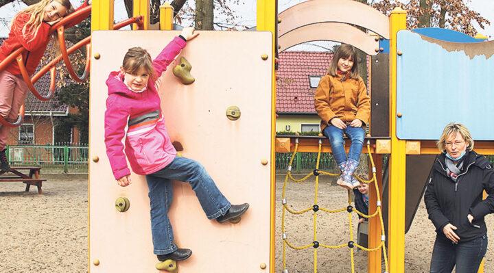 Lea, Carlotta und Elise freuen sich schon darauf, im Kinderparlament abzustimmen. Die Idee dazu hatte Hortleiterin Andrea Splitt. Foto: Marcel Gäding