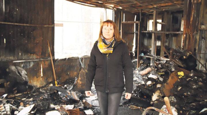 Silke Seidel in der abgebrannten Rezeption des Naturcampingplatzes am Springsee. Sie ist froh, dass sie derzeit viel Unterstützung bekommt. Foto: Marcel Gäding