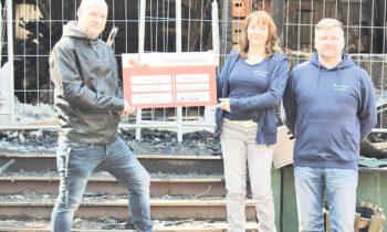 Michael Paul (links) übergab kürzlich 10.000 Euro an Silke Seidel und Marcel Bodling. Das Geld sammelte er im Internet. Foto: Privat