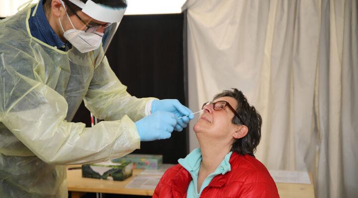 Schnelltest im Testzentrum Storkow: Vorsichtig führt Joschka Dreisbach die Spitze eines Stäbchens in die Nase von Evelyn Neumann ein. Foto: Marcel Gäding