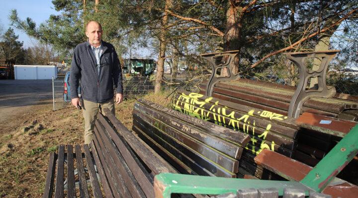 Bauhofleiter Felix Mayer steht an den Bänken, die sich einst an der Burg befanden. Diese Exemplare sind nicht mehr zu reparieren und werden nun entsorgt. Foto: Marcel Gäding