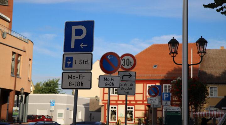 Bisherige Parkregelungen reichen in der Innenstadt von Storkow (Mark) nicht aus. Jetzt wird ein neues Konzept erarbeitet. Foto: Marcel Gäding