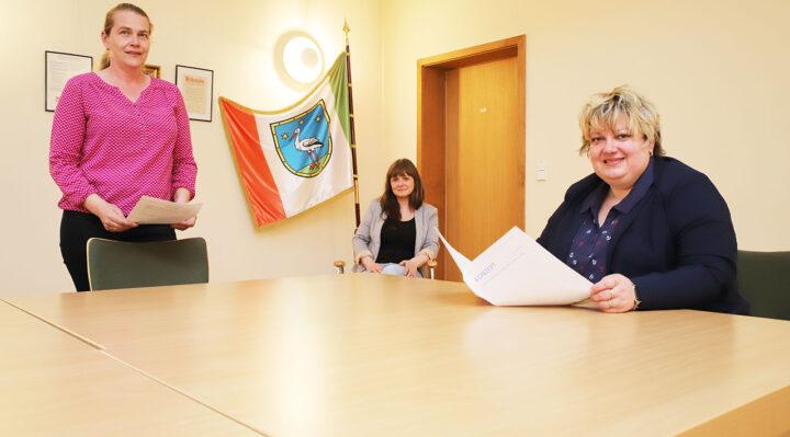 Kämmerin Bettina Pukall, Sachbearbeiterin Christin Ambrosch und Bürgermeisterin Cornelia Schulze-Ludwig (v.l.n.r.) verständigen sich regelmäßig über das Bürgerbudget. Foto: Marcel Gäding