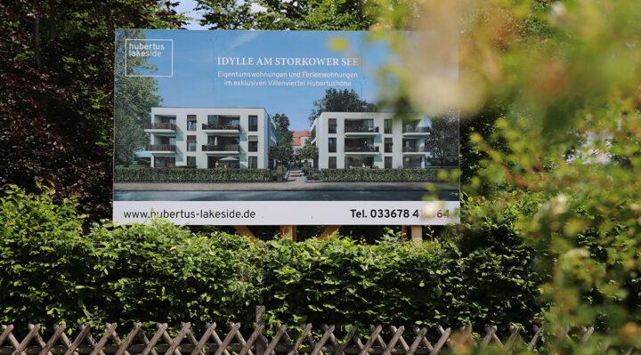 Werbung für das umstrittene Bauprojekt in Hubertushöhe. Foto: Marcel Gäding