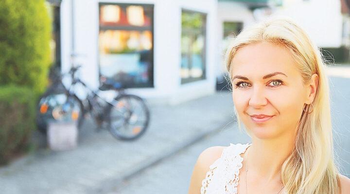 Joanna Sawicka vor dem Ärztehaus in der Rudolf-Breitscheid-Straße in Storkow. Ihre Hausarztpraxis befindet sich im zweiten Stock. Foto: M. Gäding