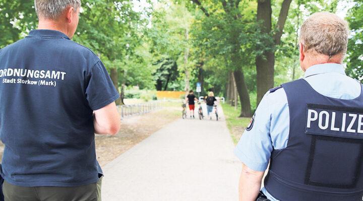 Mitarbeiter von Polizei und Ordnungsamt bei ihrer Kontrolle vor wenigen Wochen auf der Seepromenade in Storkow. Weitere dieser Einsätze sind geplant. Foto: Marcel Gäding