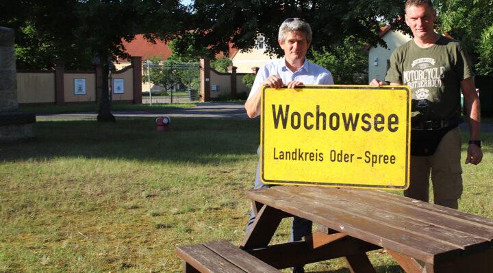 Dirk Maier und Lutz Werner in der Mitte des Dorfes, die auch Ort für zahlreiche Begegnungen ist. Foto: Marcel Gäding