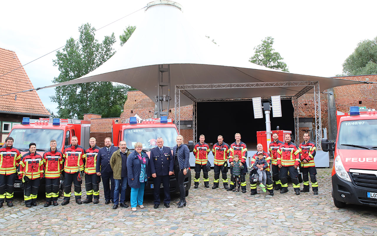 Freude bei der Freiwilligen Feuerwehr Storkow: Feierliche Übergabe der neuen Fahrzeuge und des Stromerzeugers an die Ortswehren auf der Burg Storkow. Foto: Marcel Gäding