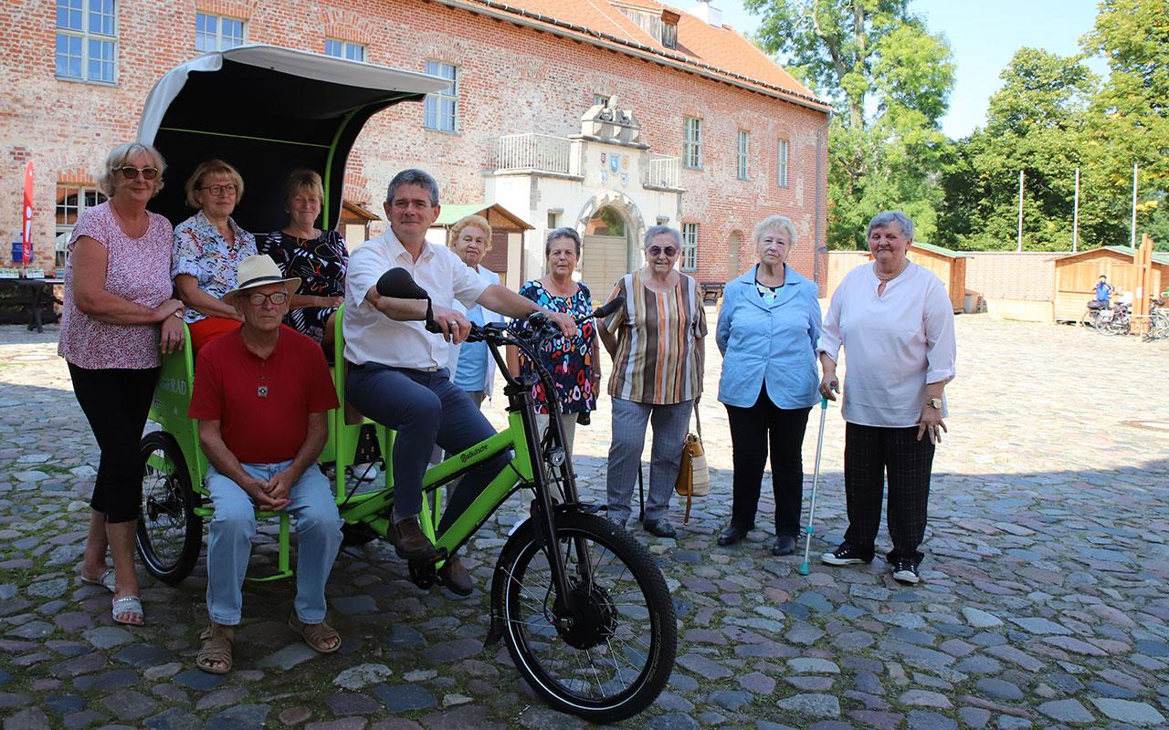 Freuen sich über die Radkutsche: Die Mitglieder des Storkower Seniorenbeirats und Stadtführer Lutz Werner. Foto: Marcel Gäding