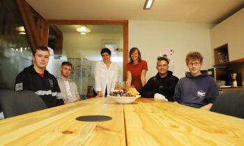 Burg Storkow: Schüler verwandeln altes Holz in Tische