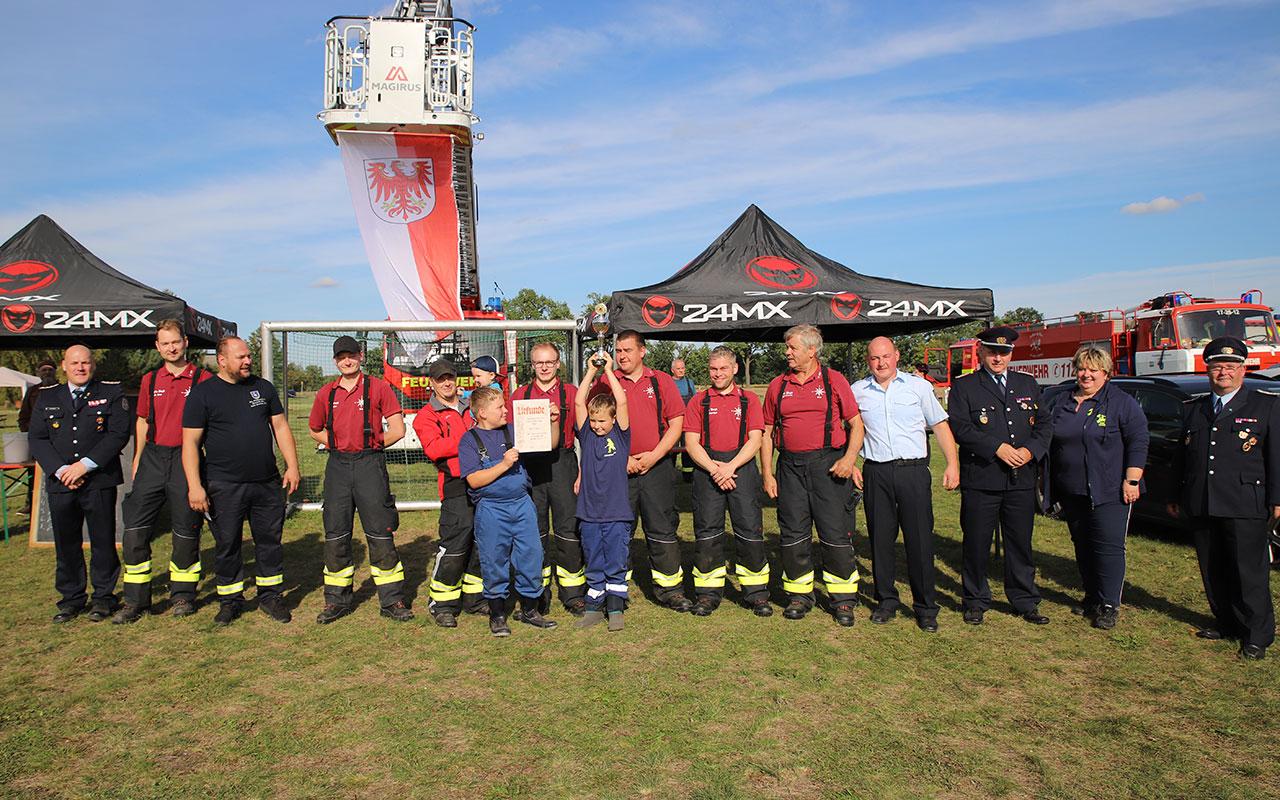 Strahlende Sieger beim Stadtausscheid der Storkower Feuerwehren 2021: die Kameraden der Freiwilligen Feuerwehr Bugk. Foto: Marcel Gäding